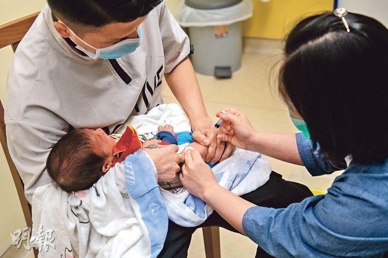 衛生署發現轄下母嬰健康院首4個月為孩童注射疫苗的劑數比去年同期少17.2%,衛生署首席醫生(家庭健康服務)盧艷莊強調接種疫苗對孩童十分重要,呼籲家長如期帶幼童注射。(林靄怡攝)