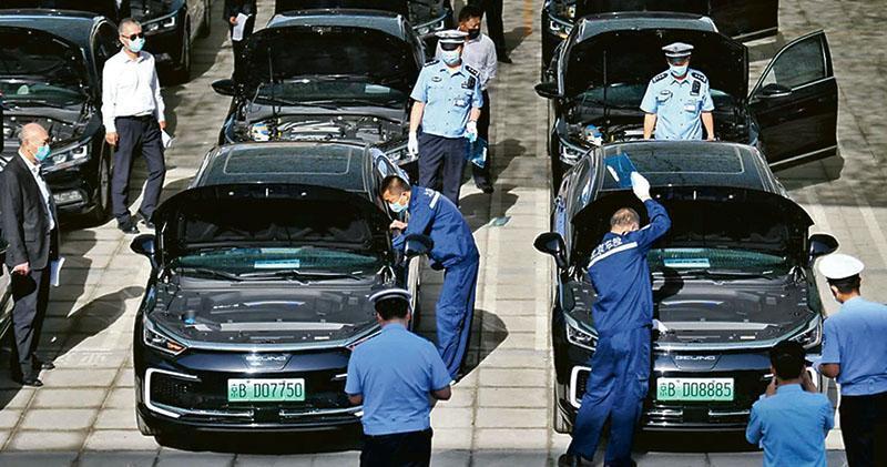 北京市交管部門昨天對全國兩會用車逐一「全面體檢」,為配合防疫要求,車輛將配備消毒液等物資並在出車前後做通風消毒處理。(網上圖片)