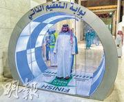 沙特阿拉伯伊斯蘭聖城麥加的大清真寺上周四已加裝了自動消毒裝置,以助防止新冠病毒傳播。(路透社)