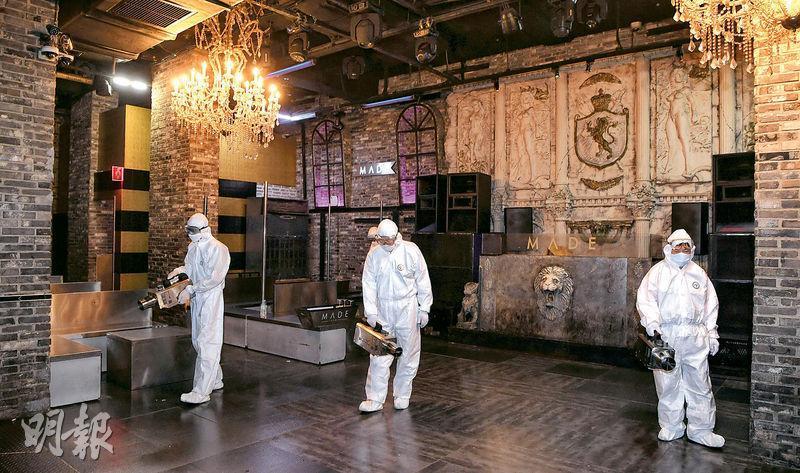 韓國檢疫工作人員周二在其中一間爆疫的梨泰院夜總會消毒。(路透社)