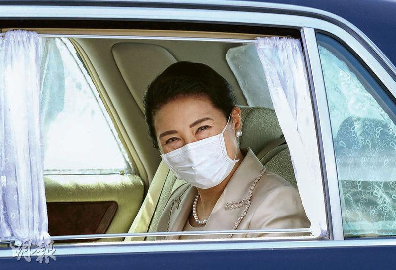 日本皇后雅子周一戴着口罩乘車抵達東京皇宮,準備主持一年一度給皇宮飼養的蠶蟲餵吃桑葉的「給桑」儀式。(路透社)