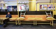 瑞典斯德哥爾摩一個商場因應社交距離規定,周二仍圍封部分座椅。(路透社)