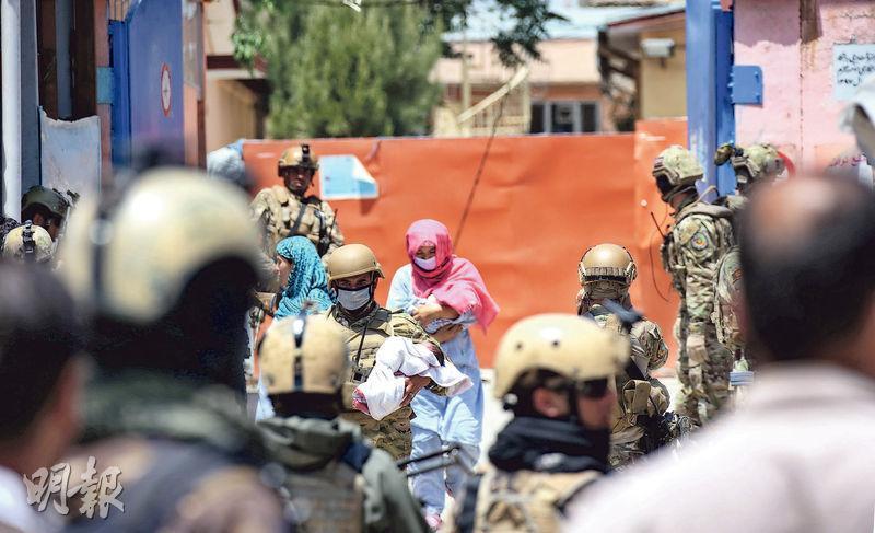 阿富汗士兵和醫院工作人員周二抱着嬰兒從遇襲的達什特巴爾切醫院撤離。(新華社)