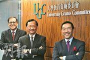 教資會主席唐家成(右)稱,新冠病毒短期不會消失,資助大學研究疫情有助社會參考。左為教資會秘書長鄧特抗,中為研究資助局主席華雲生。(楊柏賢攝)