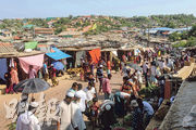 科克斯巴扎爾的羅興亞難民營周四出現首宗確診,惟周五難民營市集仍可見大批難民聚集,不少人沒戴口罩(圖)。(法新社)