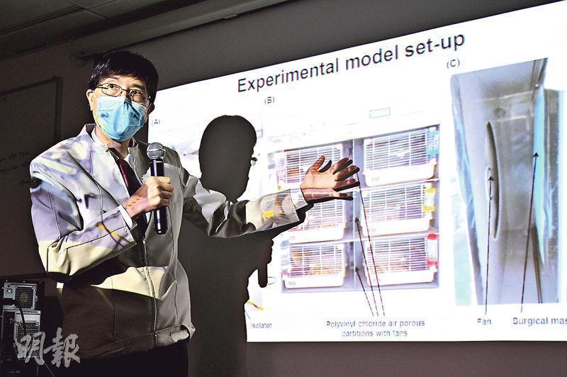 港大微生物學系講座教授袁國勇(圖)領導的研究團隊,將感染病毒及健康的倉鼠分別置於兩組籠中,並以外科口罩分隔,分別模擬染病者及健康者佩戴口罩,結果發現佩戴口罩有效降低病毒感染率。(蘇智鑫攝)