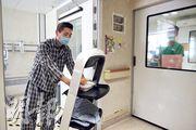 機械人進入獨立病格後,病人需自行開門取物。伊院中央護理部高級護理經理麥國權稱,機械人現僅適用住於獨立病格中、活動狀况許可的病人。(曾憲宗攝)