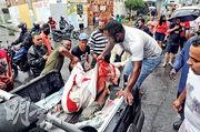 巴西警方上周五在里約熱內盧Alemao貧民窟緝毒期間殺死多人,民眾事後把屍體搬上車運走。(路透社)