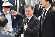 韓國總統文在寅(圖)昨出席光州5.18民主廣場的儀式(圖2)後離場。(法新社)