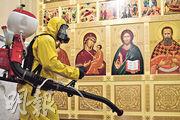 俄羅斯緊急事務部人員昨在莫斯科列寧格勒火車站消毒。(法新社)