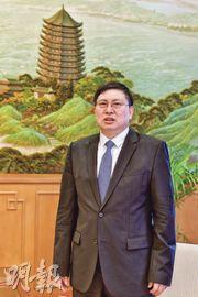 外交部駐港副特派員宋如安(圖)接受專訪稱,香港同胞與內地同胞是一家人,「血一樣紅」,一視同仁地為他們提供領事保護。(鍾林枝攝)