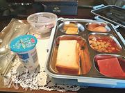 昨日在等待核酸檢測結果期間,會務組給媒體提供的早餐。(鄭海龍攝)