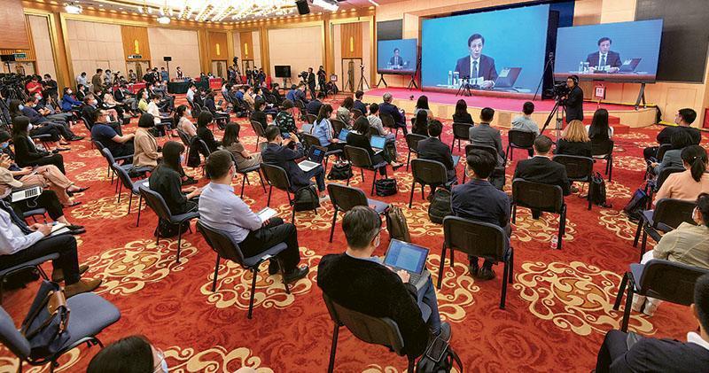 全國人大新聞發布會昨在北京人民大會堂新聞發布廳舉行,由大會發言人張業遂就大會議程和人大工作相關問題回答中外記者提問。新聞發布會採用網絡視像形式舉行,許多記者在梅地亞中心多功能廳採訪。(新華社)