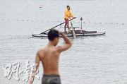 康文署15個泳灘昨重開,惟因天雨影響,淺水灣昨午人流稀疏。圖為戴着口罩的救生員。(賴俊傑攝)