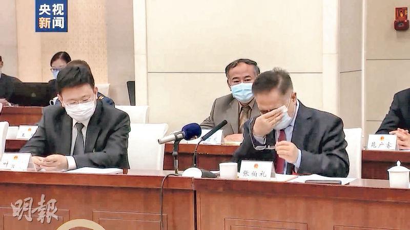 在22日的天津代表團全體會議上,全國人大代表、中國工程院院士、天津中醫藥大學校長張伯禮(右)談及在武漢抗疫時,一度哽咽落淚。張伯禮曾在武漢一線奮戰82天,並參與創建首個中醫方艙醫院。由於過度勞累膽囊炎發作,他在當地接受了膽囊摘除手術。(網上圖片)