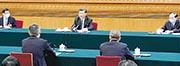 國家主席習近平(後中)昨日下午參加全國人大會議湖北代表團審議時強調,防範化解重大疫情和突發公共衛生風險,事關國家安全和發展、社會政治大局穩定。(新華社)