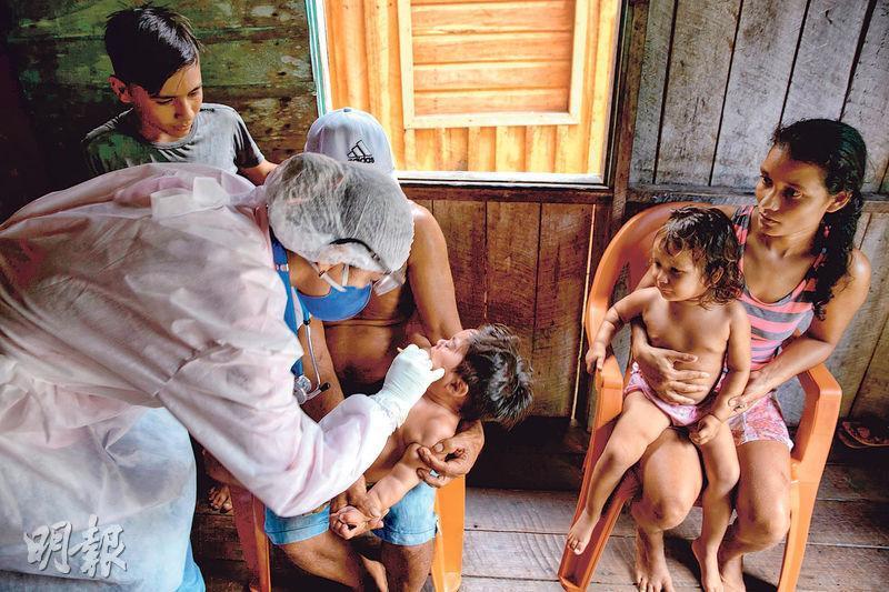 巴西政府公共衛生人員上周六去到亞馬遜河口的馬拉若島,為原住民社群檢測新型冠狀病毒。(法新社)