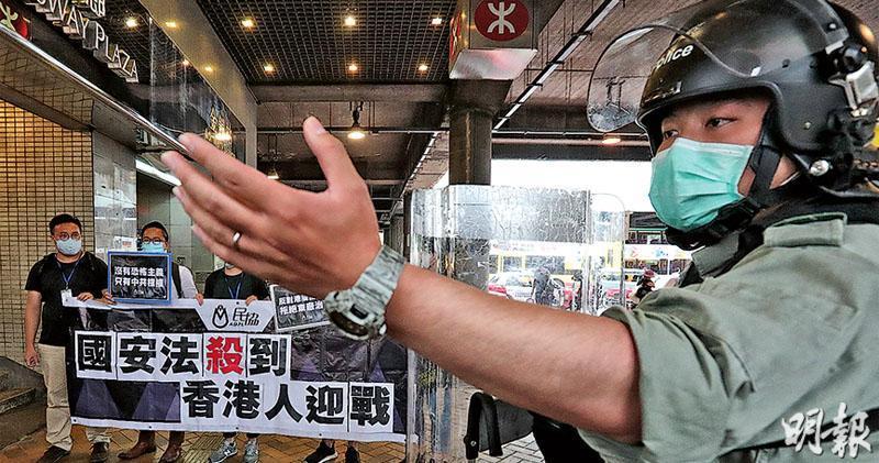立法會昨日開始審議《國歌法》,金鐘昨日有大批防暴警察駐守,亦在中信外放置大型水馬,仍有市民及政黨示威,抗議「港版國安法」。(李紹昌攝)
