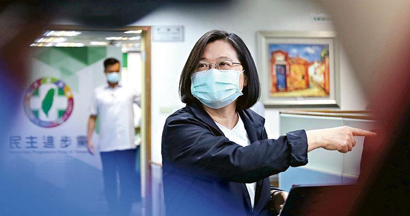 台灣總統蔡英文昨出席民進黨中執會前受訪表示,將在最短時間內提出「香港人道援助行動專案」,協助赴台港人居留、安置。(中央社)