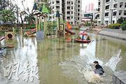 2018年「山竹」襲港後,杏花邨的遊樂場變了「水上樂園」。(資料圖片)