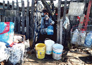 阿根廷首都布宜諾斯艾利斯近郊貧民窟爆疫被隔離,圖為貧民窟居民周三等待當局送食水。(路透社)