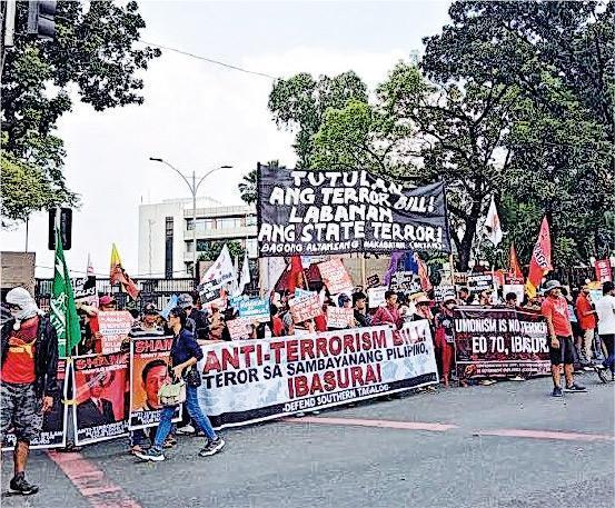 馬尼拉日前有民眾到眾議院外示威抗議反恐法案,但該法案最終獲眾議院的委員會通過。(網上圖片)