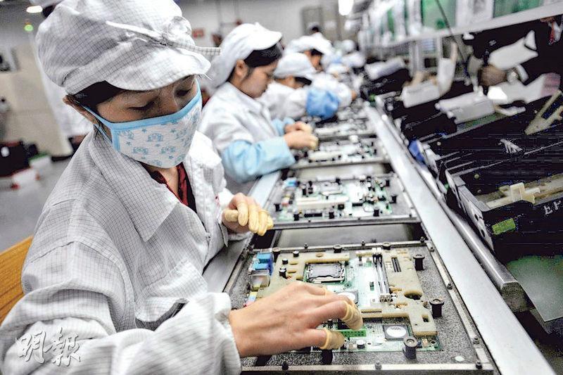 在去中國化、脫鈎論等觀點背景下,黃奇帆以蘋果公司為例,認為如果蘋果從中國撤回美國將會失敗。圖為蘋果手機主要代工廠、深圳富士康中工作的中國工人。(法新社)