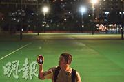 六四31周年,支聯會以「真相.自由.生命—抗爭」為悼念主題,在支聯會當了10多年義工的林先生(圖)昨晚到維園,手機一邊亮起「真相」字樣蠟燭圖片,一邊播着《自由花》。他說,往年的6月3日維園已佈置好,對今年維園空空如也感到唏噓,他今日被派到街站幫忙,未知地點,昨晚逕自走到維園,「始終個人都想落嚟(維園)睇睇」。(鄧宗弘攝)