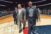 「NBA 50大巨星」之一的名宿安素(左前)昨病逝,享年74歲。他球員生涯首季即奪年度MVP及最佳新秀,僅得張伯倫與之看齊。(法新社)