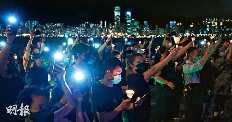 近200人手持蠟燭於觀塘海濱公園悼念六四死難者,有人手持洋燭,亦有人揮動手機燈光。數名觀塘區議員到場,播放《願榮光歸香港》。有從未出席維園六四集會的人,經歷反修例示威後,感到兩事性質相似,「都是爭取民主自由、都是有學生犧牲」,但擔心到維園有風險,故轉到觀塘;亦有參與者擔心國安法之下,香港自由不再,生怕璀璨的港島夜景,從此黯然失色。(楊柏賢攝)