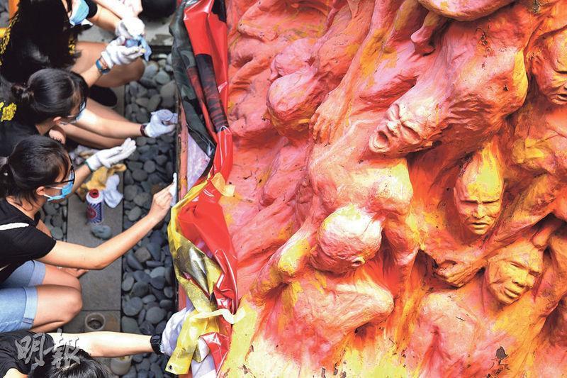 香港大學學生會昨按照傳統,於港大黃克競樓對開,帶領學生洗刷《國殤之柱》,悼念六四死難者。(朱安妮攝)