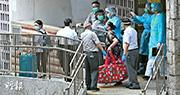 政府周一晚因應祿泉樓一次過出現4宗確診個案,派員到場視察,當時見不到單位喉管損毁,無安排居民疏散。至昨日再有住12室的居民初步確診,不排除喉管傳播病毒,10及12室的居民被安排遷至檢疫中心。(樊銳昌攝)