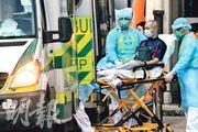 近100名住在沙田瀝源邨祿泉樓10及12室的居民,昨由當局協助離開單位後,入住駿洋邨檢疫中心接受檢疫,疏散期間最少兩人報稱不適,其中一名男子於6時許,由擔架送上醫療輔助隊的救護車送院。(樊銳昌攝)