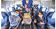 在美國祭出禁飛令後,中國民航局昨天宣布,在風險可控並具備接收保障能力的前提下,可以適度增加部分具備條件國家飛往中國的民航班機,並開放美國航空公司客運復航,但一周僅有一班。圖為6月1日,山西太原開通第二條至北京大興新航線,機上乘客在機內參加首航儀式。(中新社)