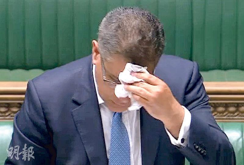 英國商業、能源及工業策略大臣岑浩文周三在下議院致辭時身體不適,不停抹汗,其後接受病毒檢測。(法新社)