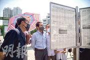 朝鮮首都平壤市民昨日閱讀官方報章報道的消息。該國連續兩日發表聲明,抨擊韓國縱容脫北者散發反政府傳單的氣球。(法新社)