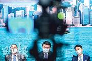 商經局長邱騰華(中)昨宣布海洋公園周六重開,迪士尼樂園亦短期內重開,書展如期舉行,會加強防疫措施。左為貿易發展局主席林建岳,右為旅遊發展局主席彭耀佳。(賴俊傑攝)