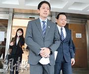 許智峯(左)與代表律師楊浩然(右)昨到法庭出席聆訊,他們質疑律政司透過拖延策略,避免直接回應。(李紹昌攝)