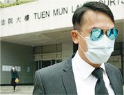 涉用玻璃樽扑女同袍頭的警長梁珏榮,被控普通襲擊,昨應訊後獨自步出法院。(楊柏賢攝)