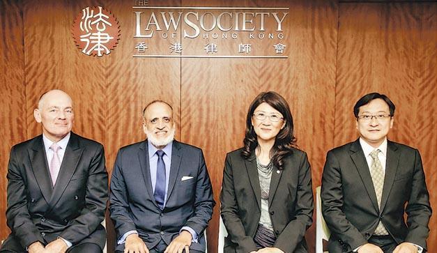 律師會噚日改選會長,會長彭韻僖(右二)同3個副會長喬柏仁(左一)、黎雅明(左二)同陳澤銘(右一)都「冧莊」。(律師會提供)
