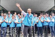 遭罷免的高雄市長韓國瑜(前)昨日上午在高雄四維行政中心主持任內最後一次市政會議後,受到眾人鼓掌歡迎,會後他與團隊在市府大門前拍攝「畢業照」,頻頻揮手向支持者致意。(中央社)