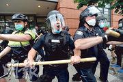 分析認為,美國的警察工會是阻礙警隊改革的主因。圖為波士頓警察日前持警棍驅散為弗洛伊德抱不平的示威者。(法新社)