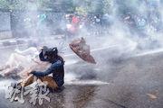 尼泊爾政府近日公布一份檢測指南,決定不對所有從印度返回尼泊爾的人都作核酸檢測等措施。鑒於目前尼泊爾的病例大多屬於從印度輸入,此舉引起不少民眾反對。昨日上午,一批民眾到尼泊爾加德滿都總理府附近抗議示威,要求政府採取有力的防疫措施,警察出動水炮驅散(圖)。截至昨午,尼泊爾累計4085例確診、15死。(法新社)