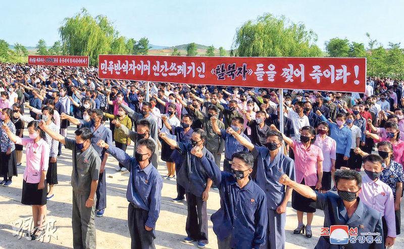 朝鮮周一有農業工人參加批鬥韓國及脫北者的大會。(路透社)
