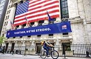 美國重啟經濟活動之際,98%的標普500指數成分股截至周一收市升穿50天移動平均線,是1990年以來最高的比例。圖為紐交所外圍,仍然冷清。(新華社)