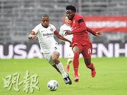 加拿大隊新星艾方素戴維斯(右)今季轉踢左閘後迅速上位,成為拜仁慕尼黑正選一員。(Getty Images)