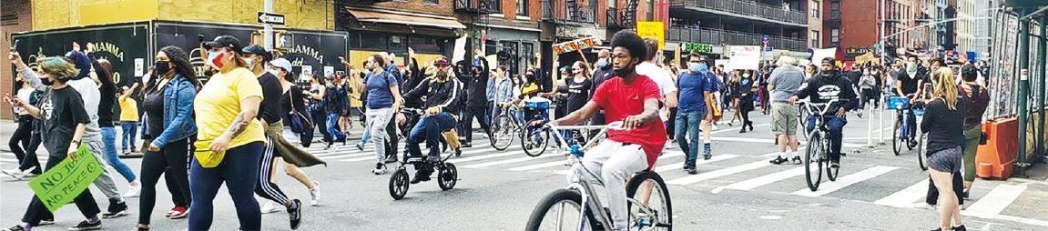 6月2日,紐約市民發起遊行,從曼哈頓南邊的布萊恩公園出發,遊行至位於上東區的紐約市長官邸。上圖為上東區的遊行。(作者提供)