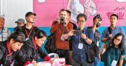 美國再指摘中國監禁百萬維族等少數民族成員。圖為去年7月,新疆和田市的一個教培中心,向中外記者開放。有少數民族學員展示照顧幼童技能。(新華社)
