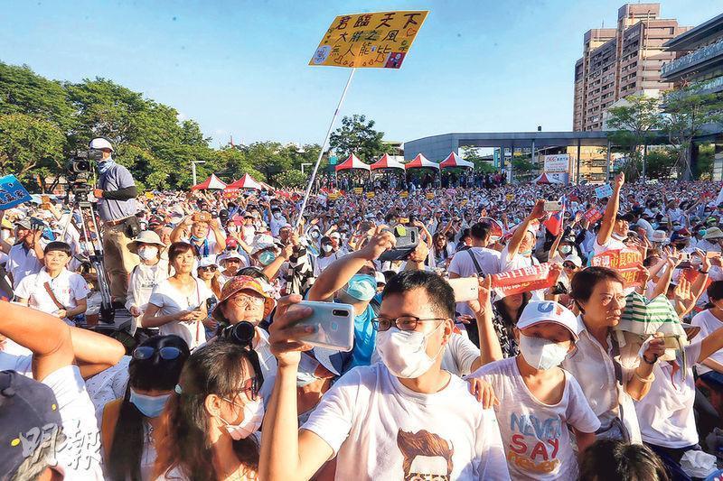 高雄市政府昨為遭罷免的市長韓國瑜及其政務團隊舉行「真愛高雄、珍重再見」送別音樂會,大批白衣民眾到場支持。(中央社)