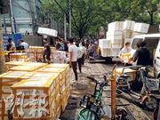 新發地批發市場切三文魚砧板檢出病毒,而三文魚被指來自京深海鮮市場,昨日京深市場商戶接到消息後,匆匆將海鮮運走。(鄭海龍攝)